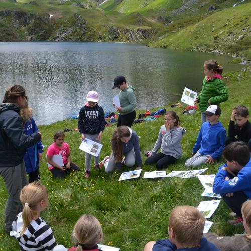 vue du groupe d'enfants à proximité du lac du Lou