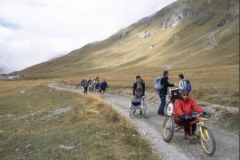 Groupe de personnes à mobilité réduite lors d'une sortie handi-rando organisée par le Parc national de la Vanoise