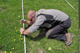 """Mesure de hauteur de végétation, dans le cadre d'une formation interparcs consacrée à la mise en oeuvre du protocole """"Ressources"""" du dispositif """"Alpages sentinelles"""""""